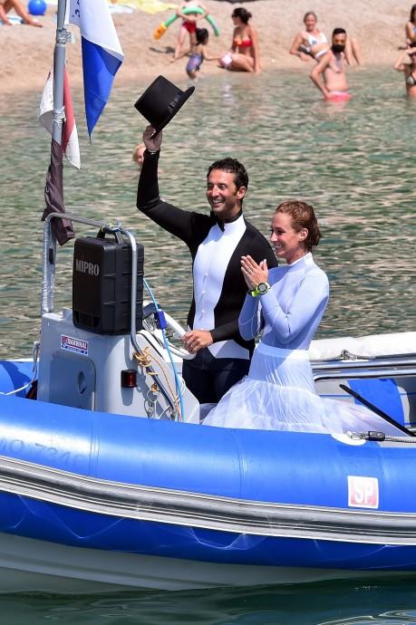 """Le Prince Albert II de Monaco a assistéŽ au mariage sous marin du Recordman du monde et plongeur apnŽiste monŽgasque Pierre Frolla et Mara sa compagne sur la Plage du Larvotto ˆ Monaco le 4 juillet 2015. Le Prince Žtait l'invitŽ d'honneur de se mariage insolite o plus de 70 plongeurs ont accompagnŽ les nouveaux Žpoux lors d'une cŽrŽmonie qui s'est dŽroulŽ ˆ quelques mtres de profondeurs au large des c™tes de la PrincipautŽ. Pierre Frolla, qui est l'auteur de quatre records du monde en apnŽe, trois en immersion libre et un en poids variable, est aussi ˆ la tte d'un centre de plongŽe """"L'Ecole Bleue"""". Ce samedi, c'est tous les instructeurs, certains ŽlŽves et amis, la famille et les proches qui se sont mis ˆ l'eau. Certains sont restŽs en surface et les autres ŽquipŽ de bouteilles ont pu assistŽ de trs prs aux Žchanges des consentements et des alliances le tout en musique avec comme dernier titre une fois les mariŽs revenus sur la bateau, l'hymne monŽgasque."""