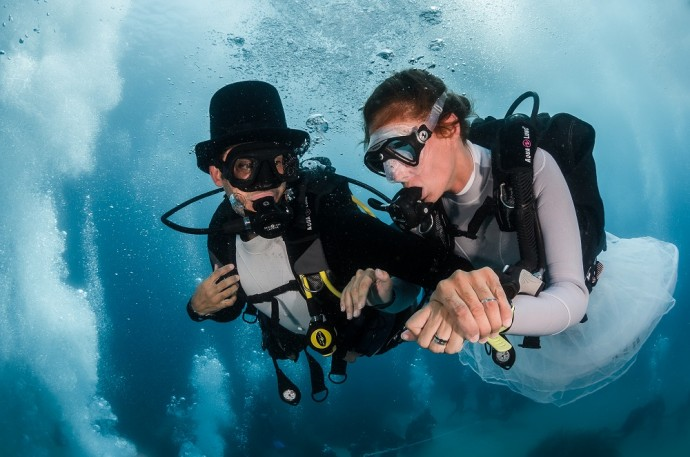 Devant la plage du Larvotto, Pierre Frolla et Mara se marient sous l'eau dans un ballet de bulles réalisées par plusieurs dizaines de plongeurs venus témoigner cet union.