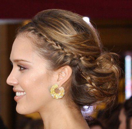 Jessica Alba arbore un chignon bas et une tresse sur le côté lors des Oscar. Cette coiffure serait idéale pour maintenir un long voile lors de votre grand jour.