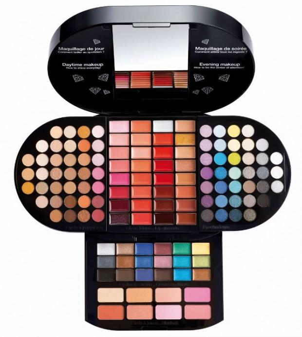 Tout ce dont vous avez besoin pour un maquillage sophistiqué se trouve dans ce coffret: 72 ombres à paupières, 32 gloss, 18 eye-liners et 8 blush... Votre maquillage de jour et de nuit est inclus. Plus de raison de ne pas se mettre à des cours de maquillage ! Brillant Makeup Palette, Sephora, 39,95 euros.