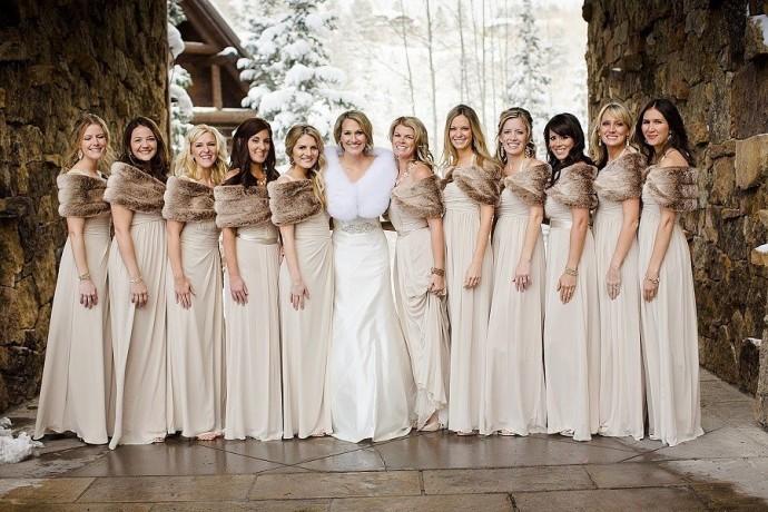 Une belle robe longue nude avec un cache-épaules en fourrure taupe pour des demoiselles d'honneur élégantes quelles que soient les températures.