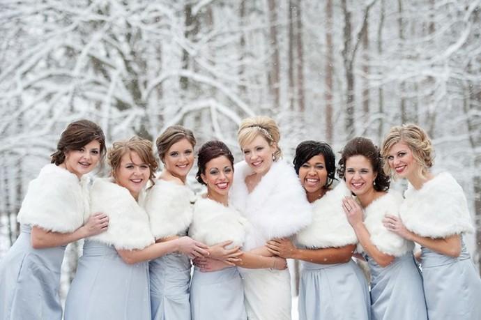 Le mariage de la fourrure blanche et du bleu ciel des robes des demoiselles d'honneur les permet de rester chic même sous la neige.