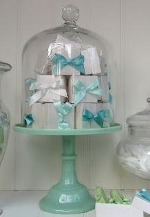 Vous avez choisi une couleur spéciale ? La cloche peut très bien renfermer des paquets cadeaux aux couleurs de la réception, histoire de ne pas faire oublier à vos invités que vous voulez plein de jolis cadeaux !