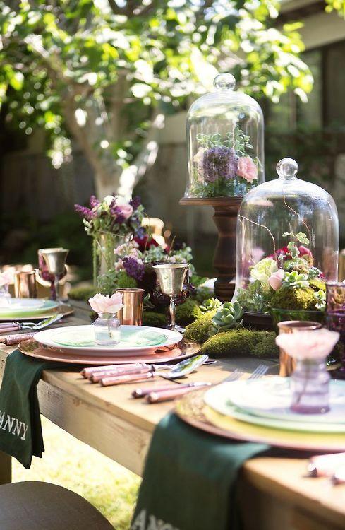 Pour le printemps, mettez sous cloches des plantes qui fleurissent à cette saison. Mais ne les mettez pas en plan de table cette fois-ci, mais comme une réelle décoration très visible avec de belles plantes.