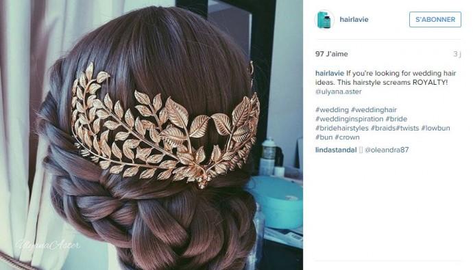 Pour un esprit empire romain, on mise sur cette couronne de fleurs dorées placée à l'arrière de la tête.