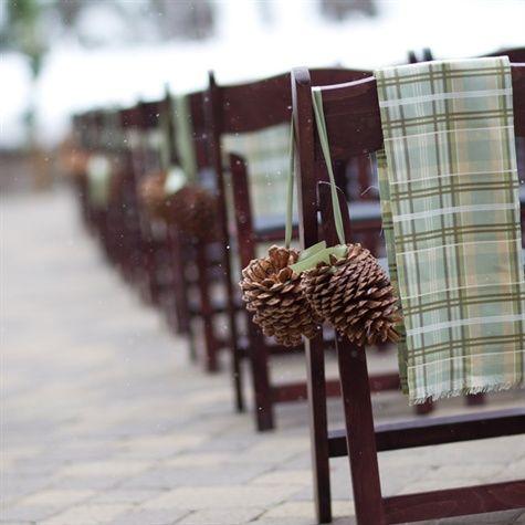 Bien que le temps se refroidisse, vous avez décidé de vous marier dehors quoi qu'il en soit. Alors, pour vous aider à marcher jusqu'à l'autel, embellissez les chaises de vos invités grâce aux pomme de pain, tout en leur rappelant que vous n'avez pas froid aux yeux !