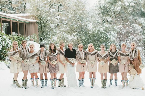 Dans les tons de beige et avec des bottes originales, ces tenues de cortège feront sensation et amuseront vos copines qui pourront personnaliser leurs accessoires.