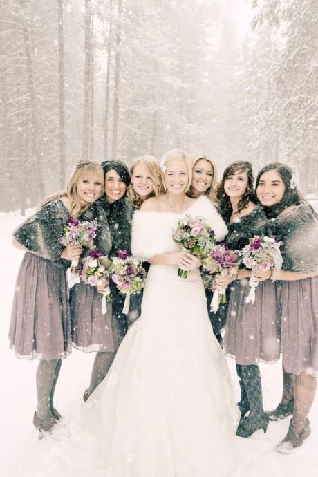 Un joli contraste entre la mariée et ses demoiselles d'honneur ! En les habillant d'une robe grise et courte, la mariée leur permet de pouvoir danser sans difficulté tout en restant élégantes.
