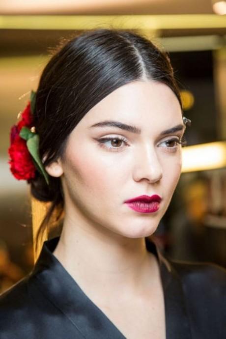 La top-modèle Kendall Jenner est magnifique avec ce chignon bas plaqué et sa fleur rouge dans les cheveux. Coiffure idéale pour un mariage sous le signe du rouge passion.