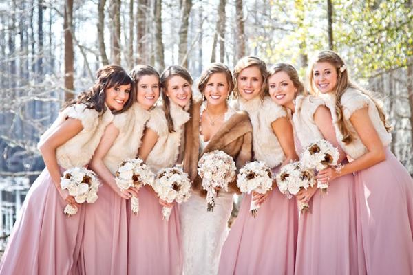 Les tenues idéales pour un mariage tout en rose ! Le gilet en fourrure est une bonne idée pour habiller la tenue et les protéger du froid.