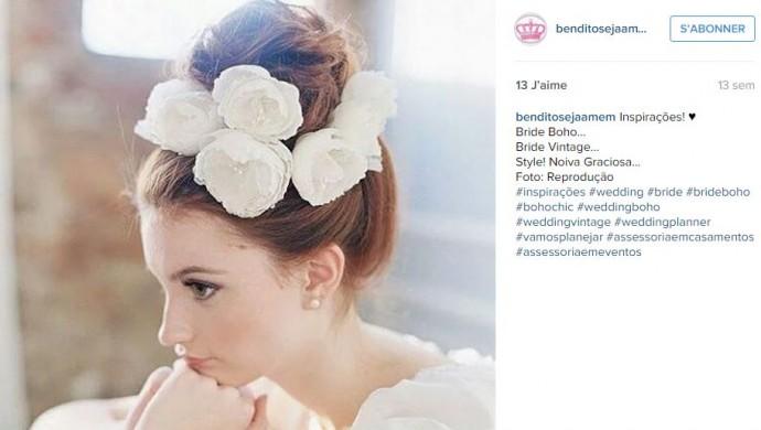 Pour un esprit chic et vintage, place quelques roses blanches dans vos cheveux pour habiller un chignon haut.