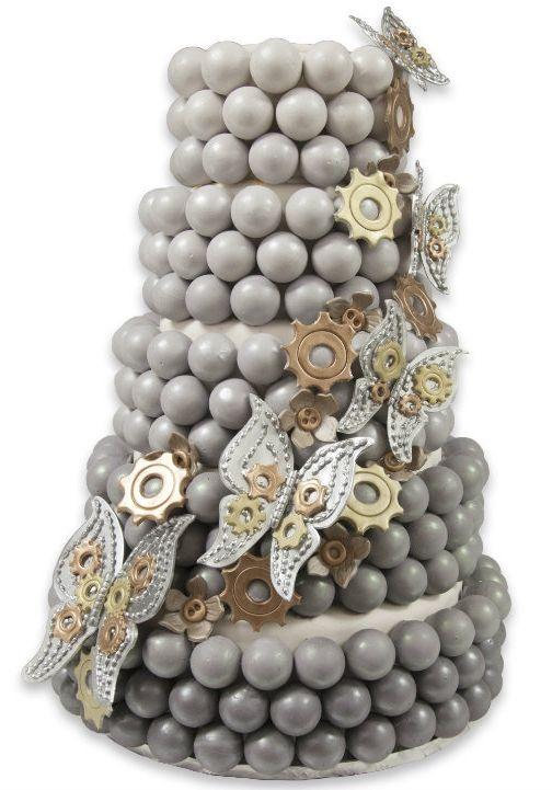 Très très original ! Rempli d'engrenages, ce wedding cake est très surprenant par sa couleur. On dirait même que ce sont des choux, afin d'allier le vieux avec le moderne.