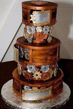 Du cuivre, des rouages, des formes cylindriques... Pas de doute, c'est bien un gâteau sur le thème l'époque de la Révolution Industrielle !