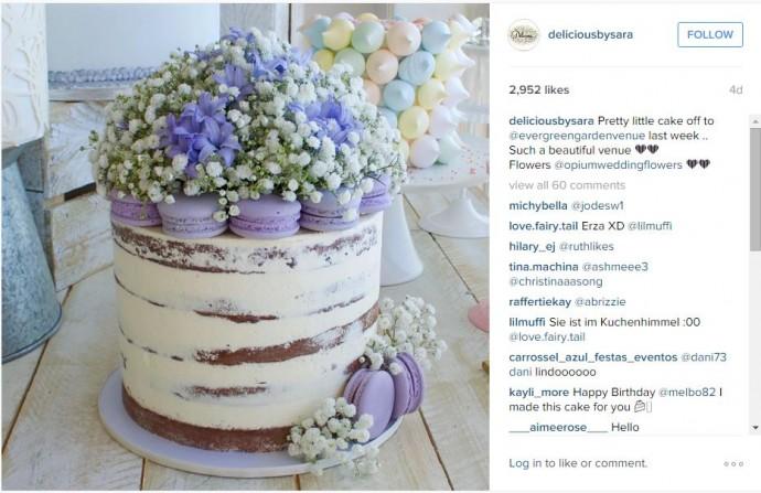 Tout en continuant dans l'originalité, voici un gâteau très fleuri, qui peut vous aider à rester dans le thème de la couleur que vous avez choisi. Ici, il semblerait que ce soit le violet et plusieurs macarons viennent s'ajouter à ce wedding cake surprenant !