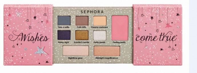Vos rêves de maquillage deviendront réalité avec cette palette féminine et pratique grâce à son packaging discret. On adore les deux enlumineurs qui donneront de l'éclat à tous vos looks. Palette de maquillage yeux et teint, Sephora, 12,95 euros.