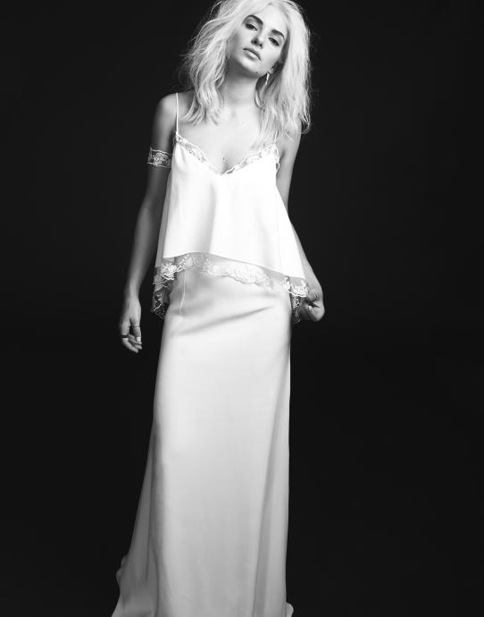 La robe Lavender, de Rime Arodaky issue de la colelction 2015 est une robe cloche en crêpe de soie et en tulle rebrodé. A la fois sexy et sublime, on en envie de se glisser dedans et la mettre, pourquoi aussi pour notre lune de miel ?