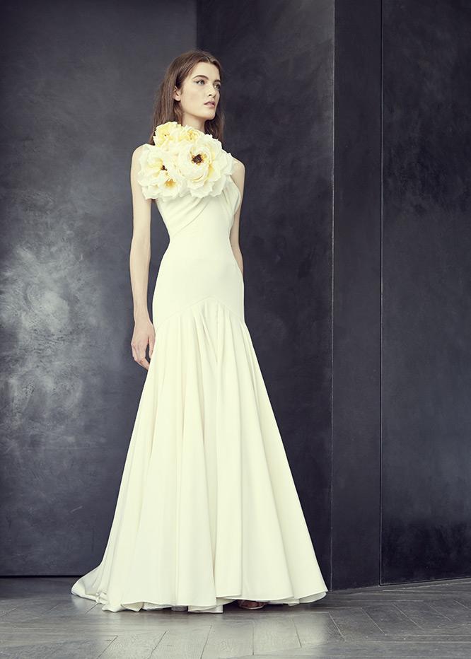 Alexis Mabille a présenté sa robe de mariée Haute-Couture issue de sa collection Automne-Hiver 2015. Sobre, on ne peut louper la particularité de cette robe : ses énormes fleurs qui viennent donner un petit plus à la robe de mariée.