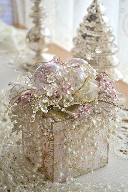 Pour décorer votre sweet table, vous pouvez disposer ces petits cadeaux perlés vraiment chics !