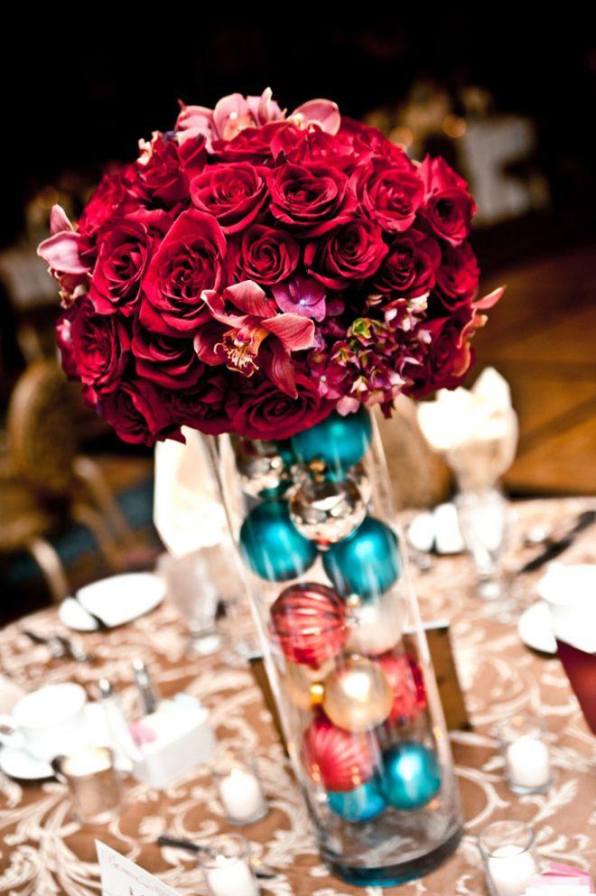 Comme précédemment, vous pouvez disposer les boules du sapin dans un vase, surmonté d'un beau bouquet de fleurs pour un sublime centre de table.