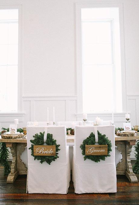 """Pour la saison hivernale, recouvrez vos chaises et apposez-y une couronne de houx, pour un effet plus """"Noël""""."""