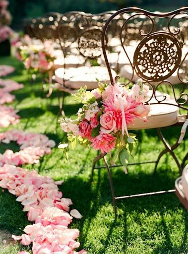 De belles chaises en fer forgé cuivrés, avec de belles fleurs roses qu'on retrouve également au sol. Effet romantique garanti !