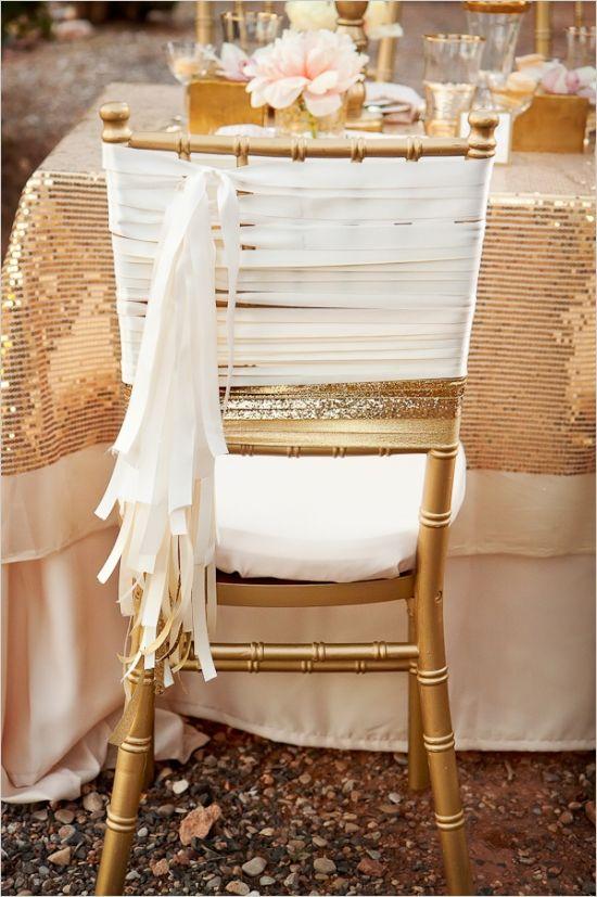 On retrouve ici le thème blush, champagne avec du blanc. Sur des chaises dorés le résultat est magnifique, et très chic sans faire bling-bling.