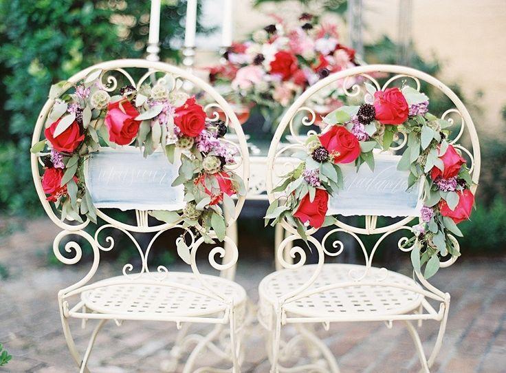 De belles chaises en fer forgé... Nous sommes obligés de les décorer ! On met alors de belles roses pour un effet romantique à souhait.