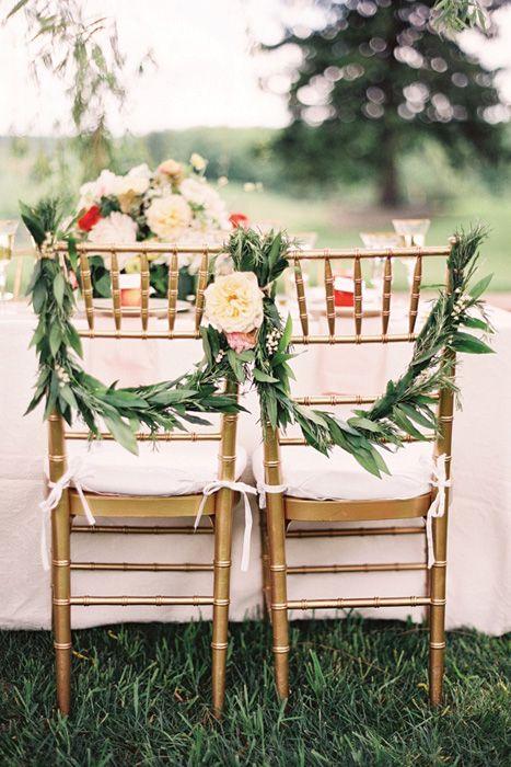 Pour votre mariage en pleine nature, ou sur ce thème, voire simple, prenez de belles branches d'arbres remplies de feuilles pour ensuite venir les accrocher aux deux extrémités. Ajoutez une petite fleur et c'est fini ! Facile et joli !