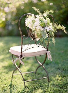 Parfaite pour une réception en plein air, vous pouvez à cette chaise en fer forgé de belles fleurs d'été comme du magnolia, ou autres qui tombent en cascade. Effet assuré !
