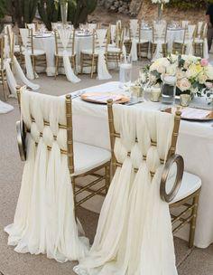 Il y a un effet recherché pour ces chaises. Il semblerait que plusieurs longs foulards soient tressés dans ces chaises. On y trouve un petit effet oriental !