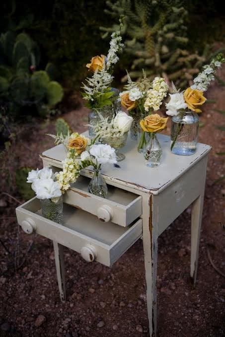 Une petite commode peut très bien servir ! Ici, les fleurs y sont apposées.