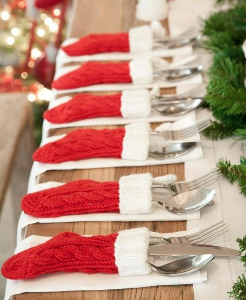 Savez-vous que les chaussettes accrochées à la cheminée pouvaient servir de range couverts ? Non ? Alors maintenant vous le savez !