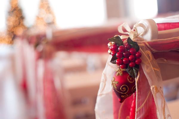 Pour votre allée centrale, vous pouvez accrocher un ensemble de décorations de Noël à chaque rangée.