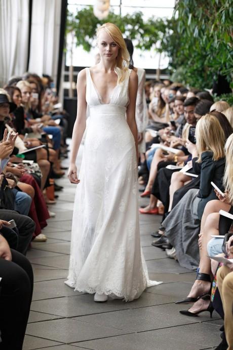 Simple, blanche immaculée, la dentelle est une fois encore présente pour la robe Harold de Delphine Manivet, présentée pour la collection automne-hiver 2015.