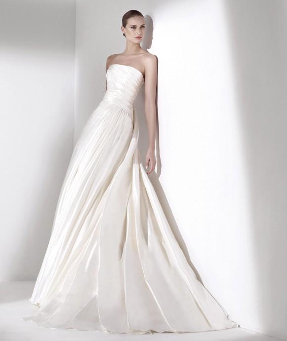 Evidemment, Elie Saab nous présente sa robe de princesse, bustier pour la robe Seychelles de la collection 2015. En satin blanc, elle semble être tout droit sortie d'un rêve.