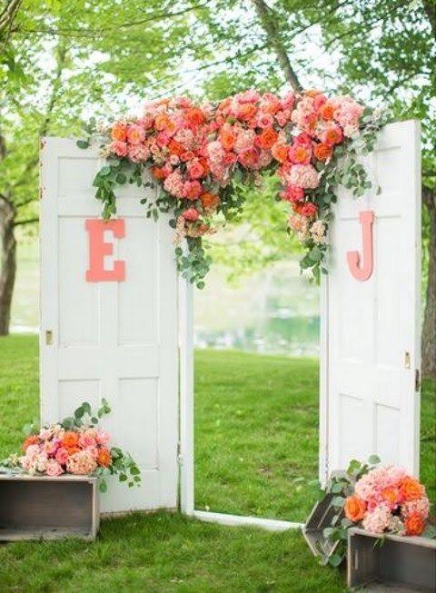 Repeignez vos anciennes portes et recustomisez là un peu, comme ici pour y mettre les initiales des jeunes mariés