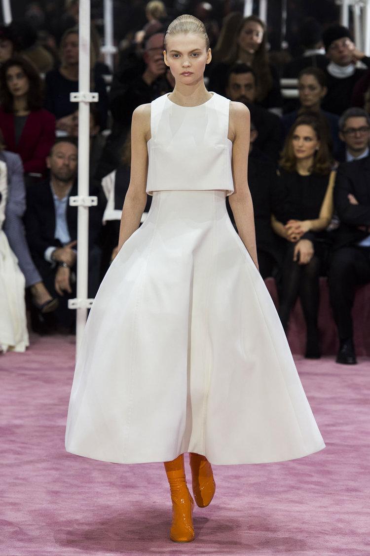 Pour son défilé printemps/été 2015, Christian Dior a présenté sa robe de mariée, sobre fine en haut et large en bas.