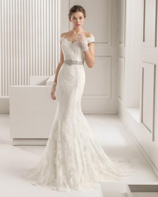 Une robe sirène toute en dentelle avec une ceinture (le détail qui tue !) en pierreries baptisée Santel par Rosa Clara pour la collection 2015. Elle épouse parfaitement les formes et est vraiment sublime.