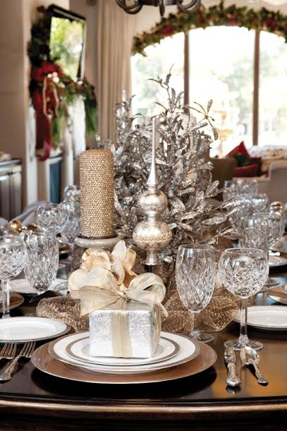 Des faux cadeaux, l'étoile (ou le pic) originairement mis au sommet du sapin, tout cela vient décorer votre sweet table pour libérer la magie de Noël.
