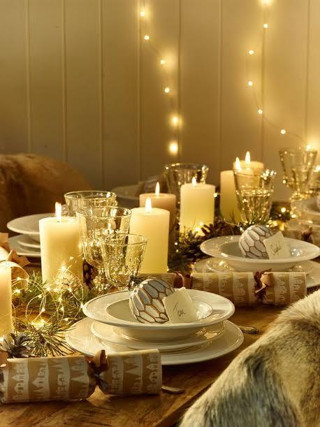 Vos guirlandes peuvent également servir à décorer votre sweet table, et vous pouvez accentuer l'esprit de Noël en plaçant une boule du sapin dans chacune des assiettes, comme porte-nom.