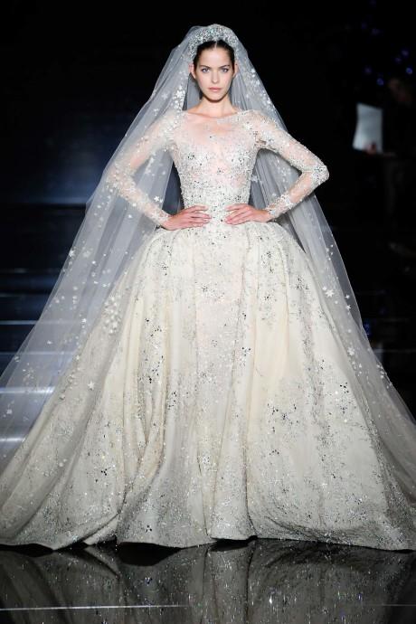 Lors de son défilée automne-hiver 2015, Zuhair Murad a présenté sa robe de mariée, parée de magnifiques bijoux. Sa longue traîne, telle une vraie princesse, est brodée d'étoiles. Elle nous en met plein les yeux !