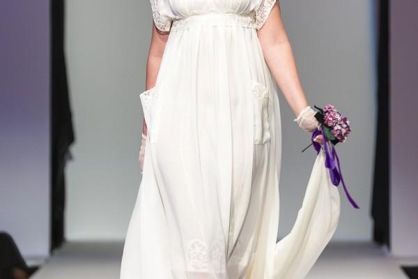 Robe de mariée en crepe georgette de soie bordé de dentelle, dentelle nouée sous la poitrine, poches plaquées et traîne marquise amovible. Création:Fanny Liautard