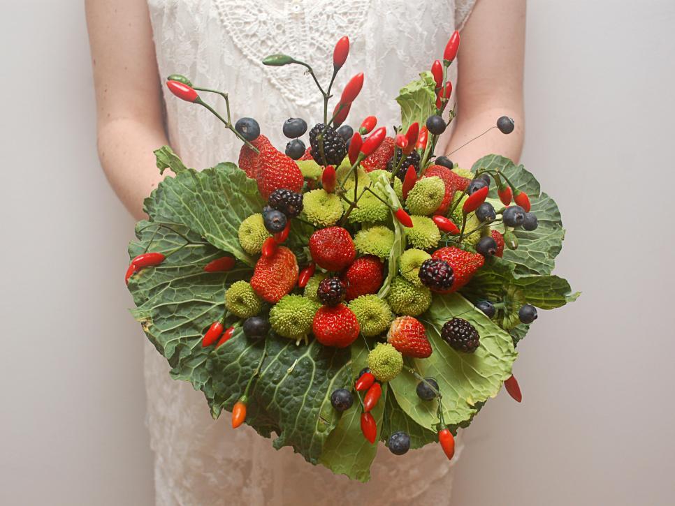 Bouquet de mariée garni de fruits miam Mariage com