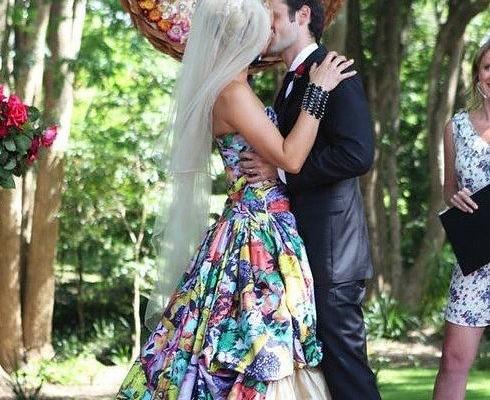 mariee a la robe coloree