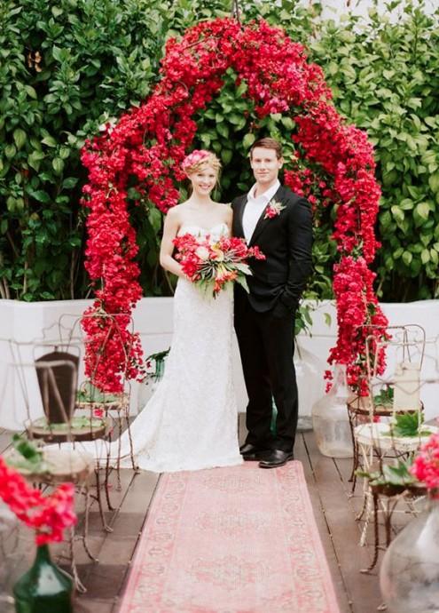 Les roses rouges font aussi de magnifiques arches de mariage tout en romantisme !