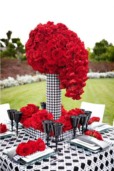 Les roses rouges s'associe très bien au noir et blanc pour une décoration très mode !  Associer le à un imprimé pied-de-poule pour encore plus d'originalité !