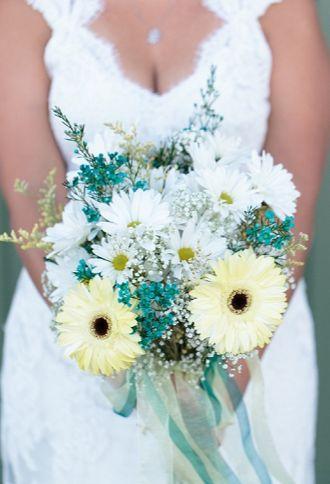 Les fleurs de printemps peuvent aussi s'associer avec des fleurs bleuté pour un esprit romantique et champêtre