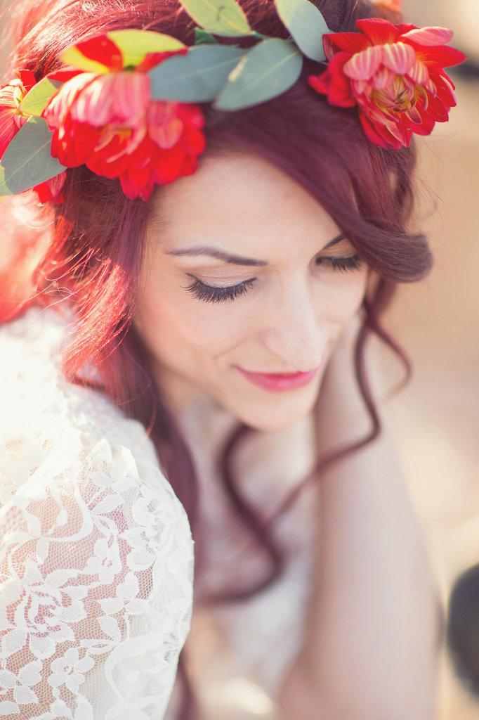 coiffure de mariee avec des fleurs dans les cheveux (10)