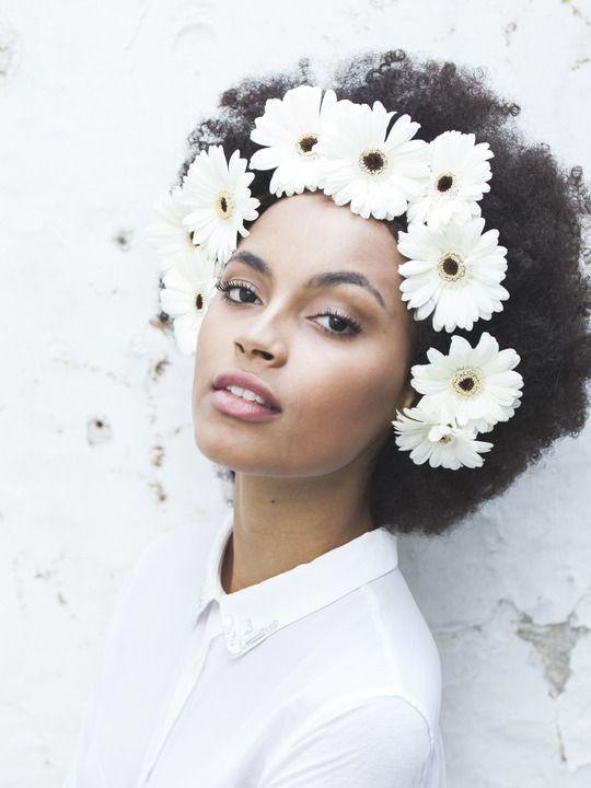 coiffure de mariee avec des fleurs dans les cheveux (4)