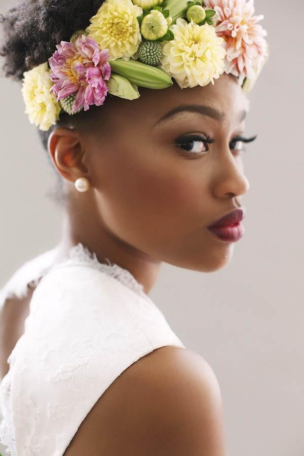coiffure de mariee avec des fleurs dans les cheveux (5)